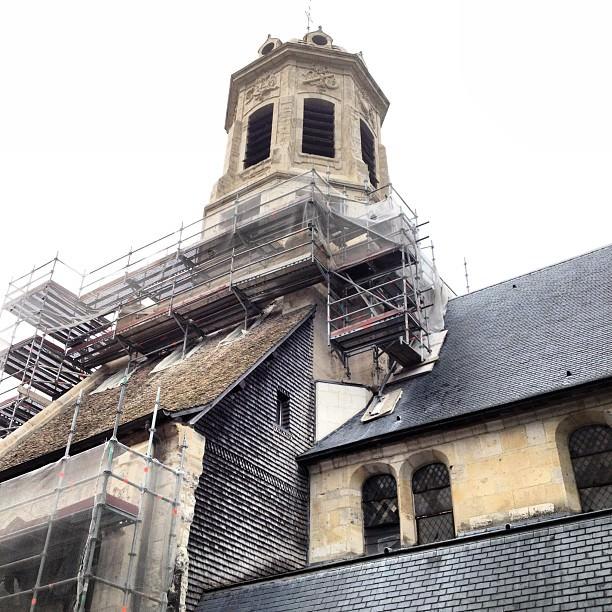 La facade de l'Eglise Saint-Léonard en travaux