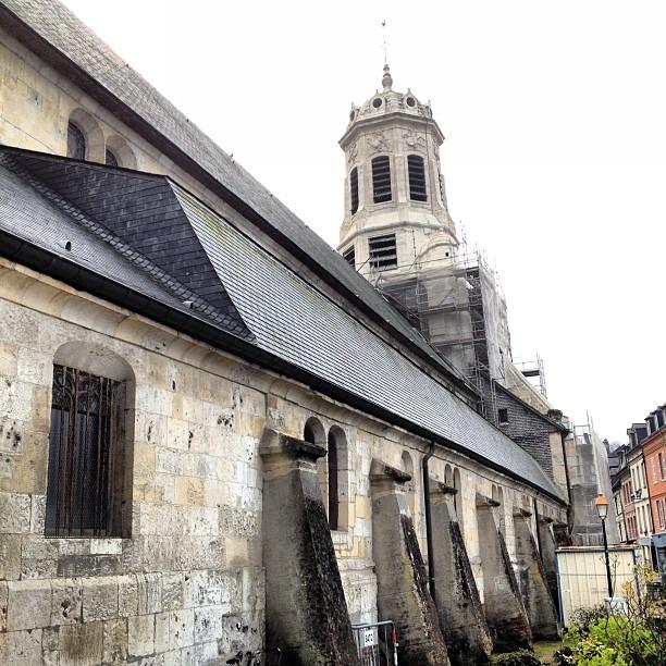 Le coté de l'Eglise Saint-Léonard