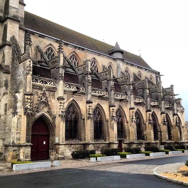 Le flan de la superbe église Saint-Michel à Pont l'Évêque
