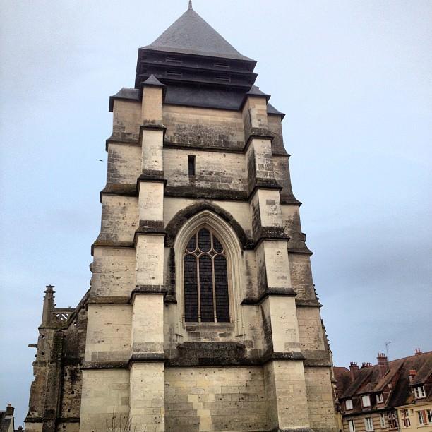 La facade de l'église Saint-Michel à Pont L'Évêque