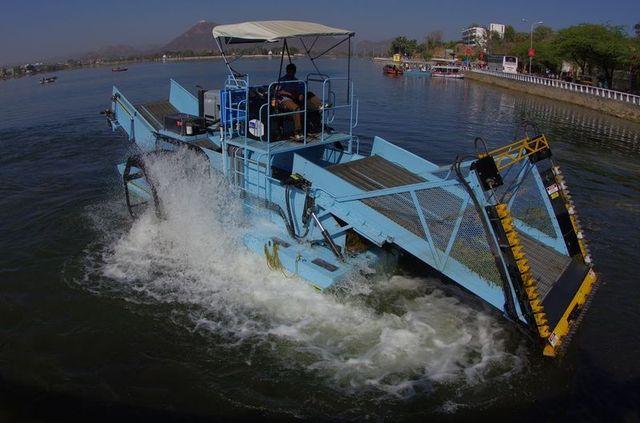 2014-03-14 Inde Udaipur lac Fateh Sagar Bateau Nettoyeur