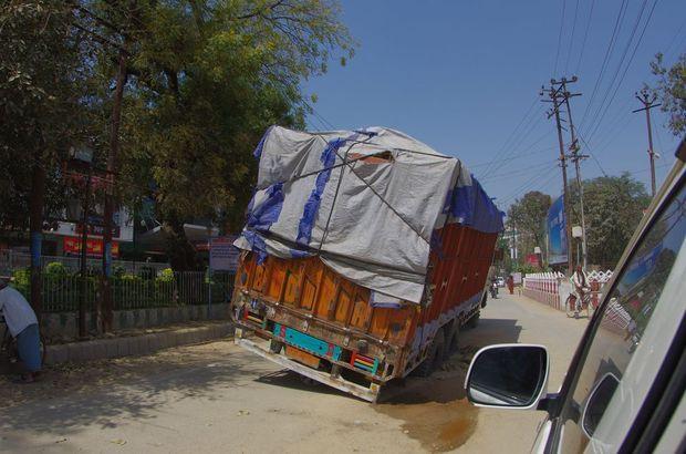 2014-03-21 Inde Varanasi Camion Embourbé