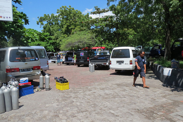 2015-05-04 Bali Plongees Tulamben Parking USAT Liberty