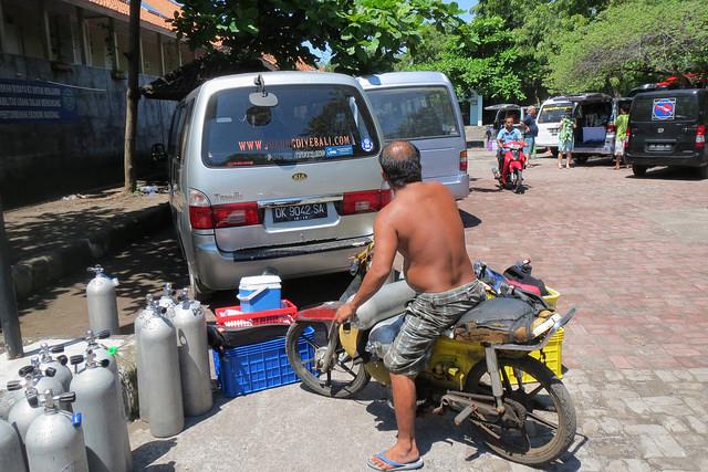 2015-05-04 Bali Plongees Tulamben Parking USAT Liberty
