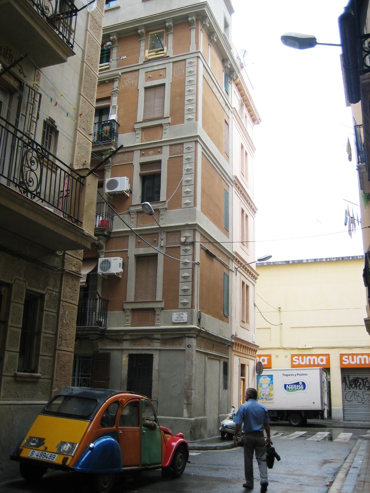 Une 2CV dans les rues du quartier de Barcelone : La Barceloneta